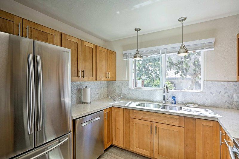 Diese Küche ist mit Küchengeräten aus Edelstahl verziert.
