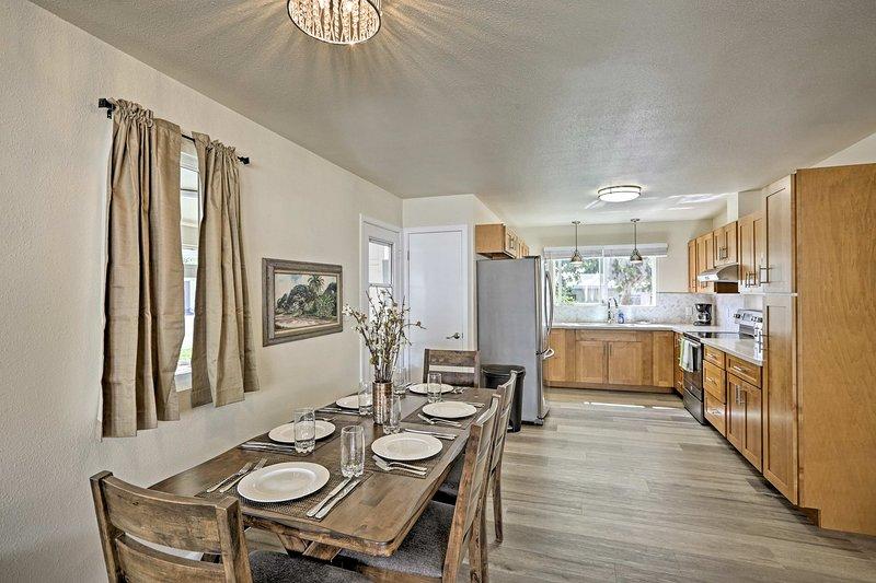 Genießen Sie hausgemachte Gerichte rund um den Esstisch mit Platz für 6 Personen.