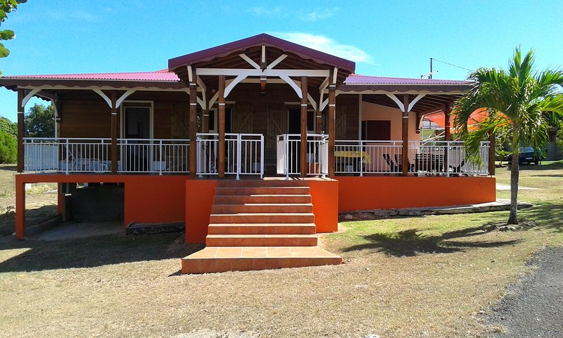 Spacious house with garden & Wifi, alquiler de vacaciones en Anse-Bertrand