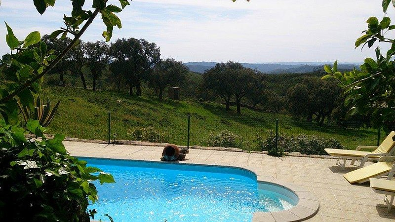 Spacious house with shared pool, location de vacances à Ourique