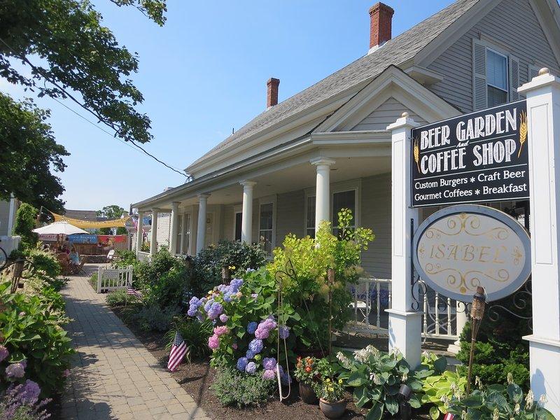 Prenez votre café du matin à Perks et promenez-vous dans le village de Harwich Port ou arrêtez-vous au café en plein air avec un foyer le soir - Harwich Port Cape Cod Nouvelle-Angleterre Locations de vacances
