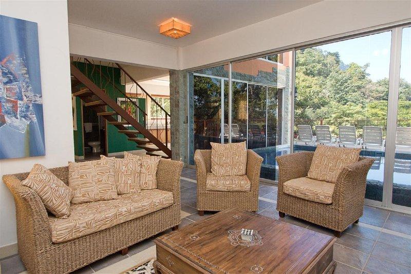Vista di piscina e cucina dal Living Area