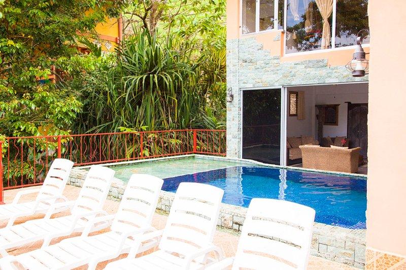 Una vista da patio guardare dentro il salotto di fronte alla piscina.
