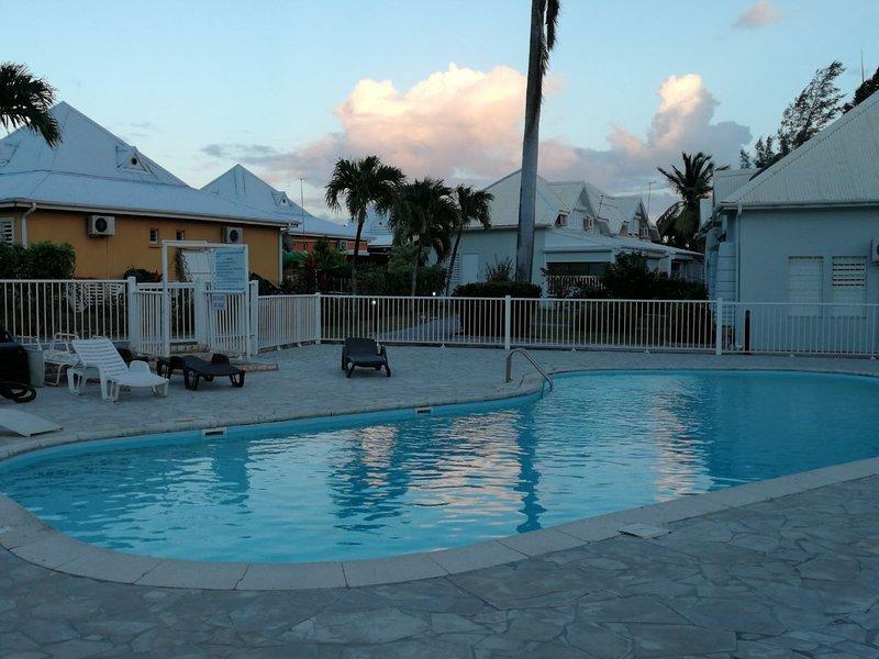 Un moment de détente autour de la piscine de la résidence