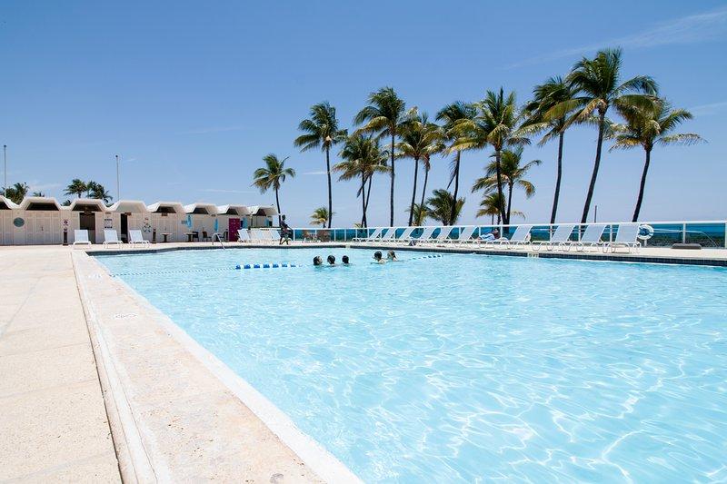 piscina si trova proprio sul mare con accesso diretto alla spiaggia