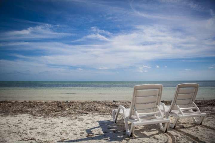 plage face à l'océan de sable privée avec vue paisible de l'océan Atlantique dans la belle Islamorada.
