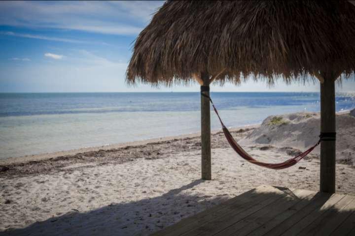 Faites une sieste dans le hamac ou vous détendre à l'ombre sous la hutte tiki privé.
