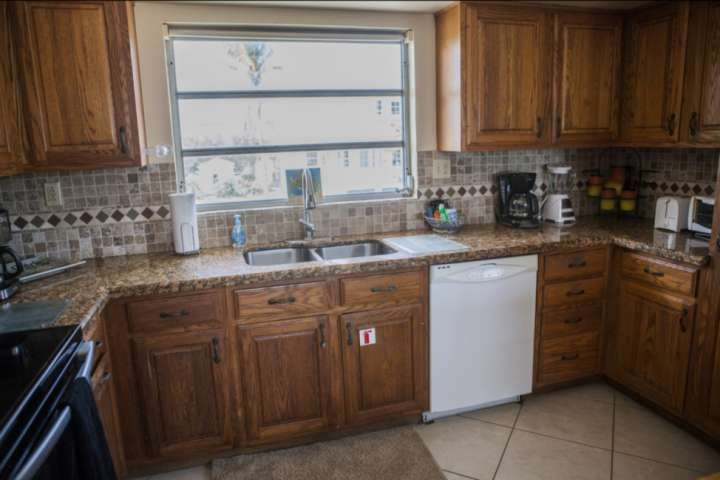La cuisine est complète avec tous les principaux appareils, y compris un lave-vaisselle, machine à café, mixeur et grille-pain.