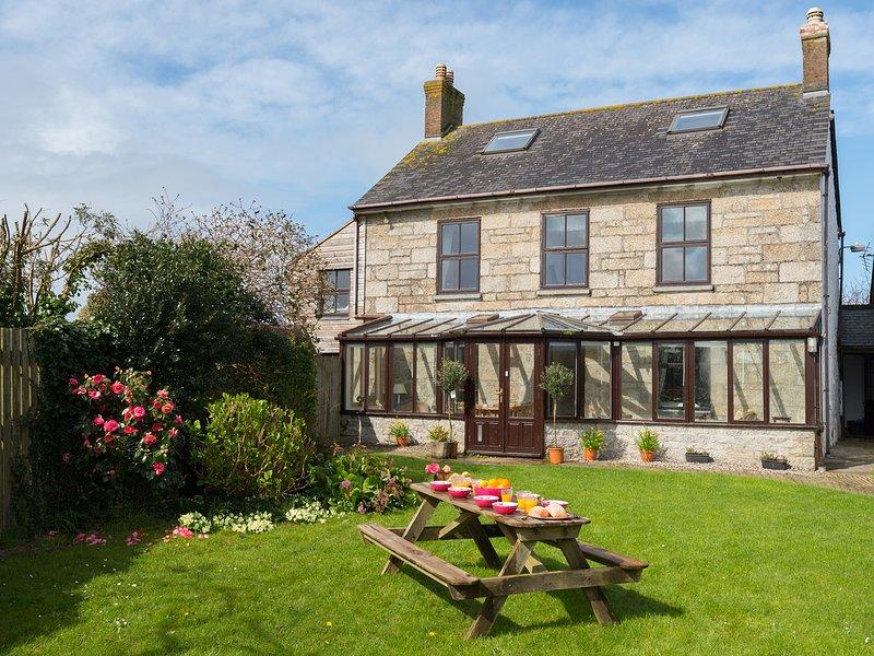 ST MICHAEL'S FARMHOUSE, woodburner, spacious retreat, pet friendly, near, location de vacances à Crowlas
