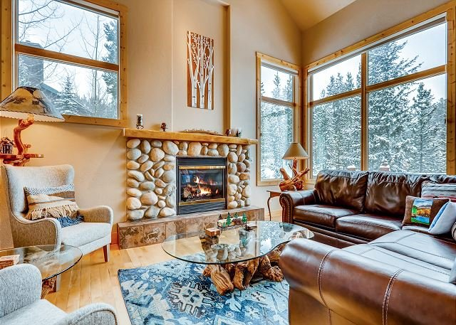 Upscale Retreat w/ Private Hot Tub & Mountain Views - 3 Miles to Ski Resort, location de vacances à Breckenridge