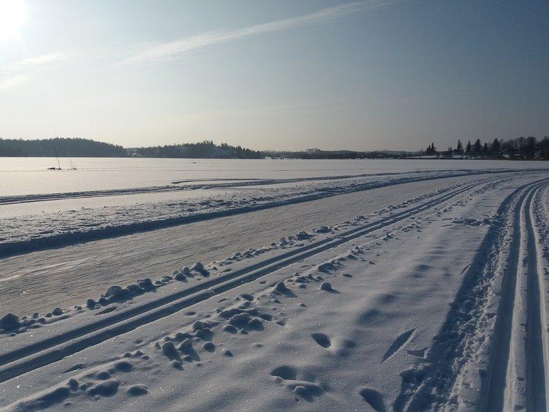 Le ski une piste de patinage sur le lac en hiver 2018