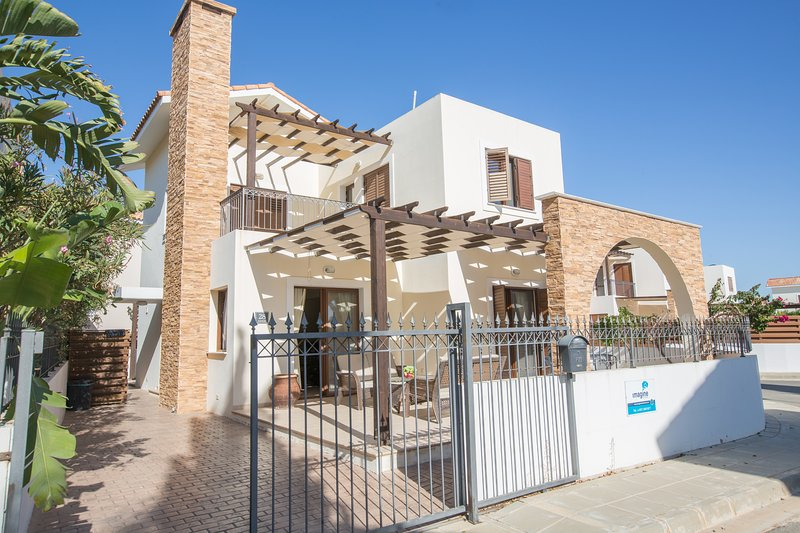 Ionion 3 Bed Villa with communal pool, alquiler vacacional en Xylophagou