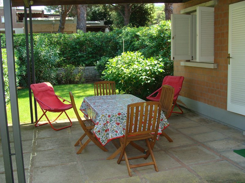 alloggio con giardino, 2 camere a 2 letti, salone, cucina, 2 bagni, uno a doccia, holiday rental in Punta Ala
