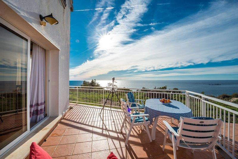 Amplia y soleada terraza con vistas al mar
