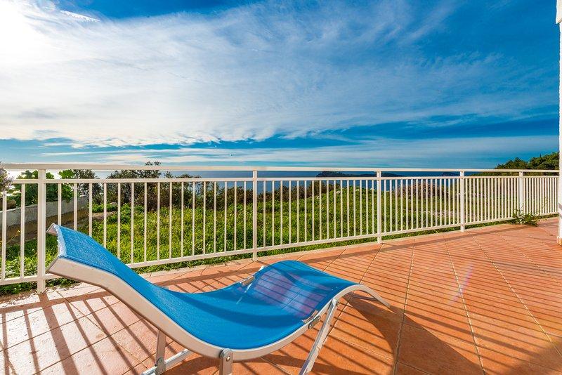 Soleada terraza vista mar