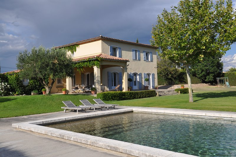 Beautiful holiday property in Monteux, Vaucluse, private pool, vacation rental in Monteux