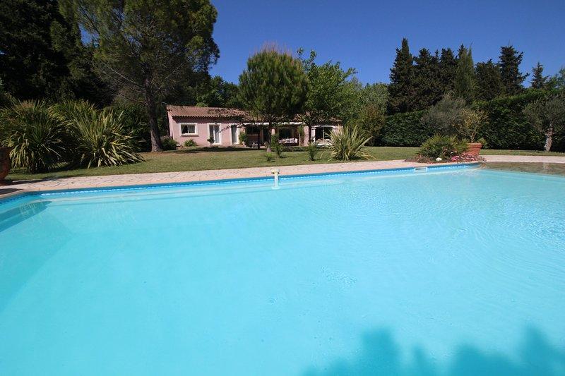 Near St-Rémy-de-Provence, holiday villa with nice pool. Dog welcome, casa vacanza a Mas-Blanc-des-Alpilles