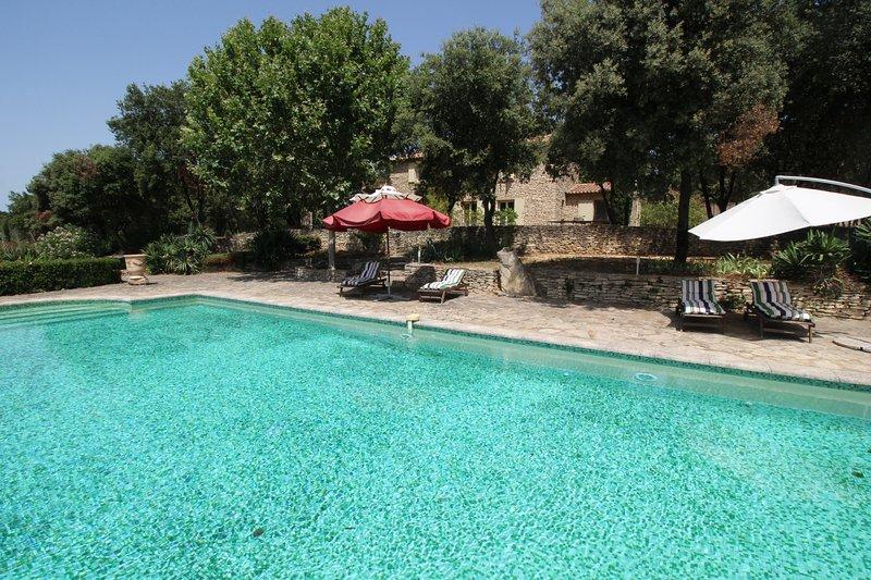 Cerca de Uzès, mas excepcional, piscina privada, tenis y animales permitidos, holiday rental in Saint-Laurent-La-Vernede