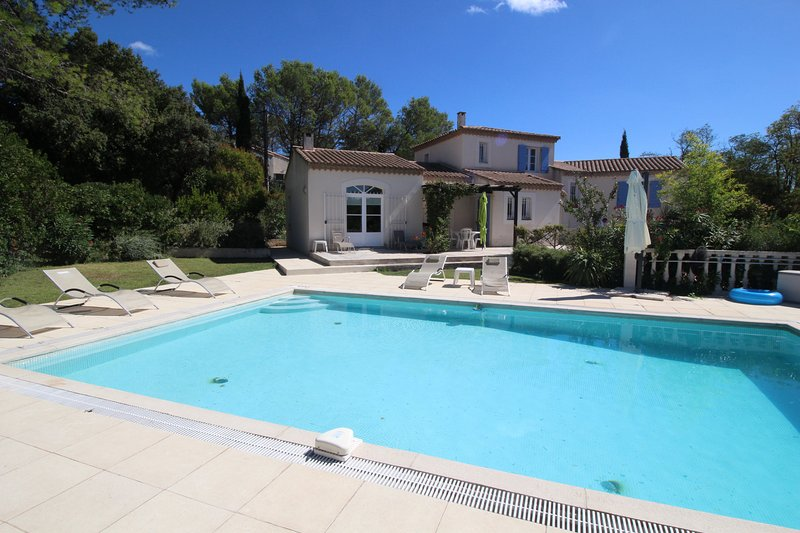 Beautiful air-conditioned villa in Poulx, Gard, private pool, location de vacances à Cabrieres