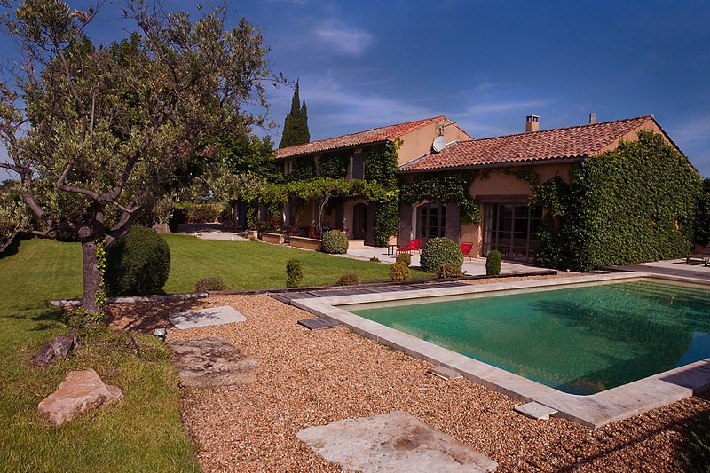 In Violès, Vaucluse, luxury landhouse for your holiday, heated pool, location de vacances à Violes