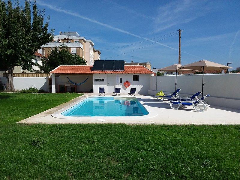 Vista sul giardino, piscina privata e barbequeue.