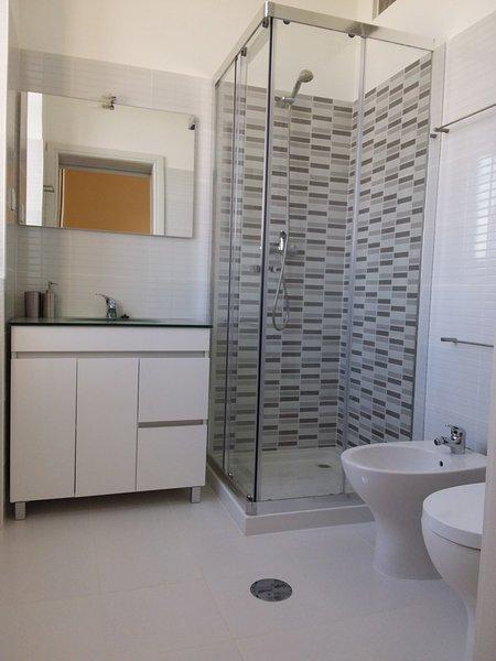 stanza grigia - bagno privato.