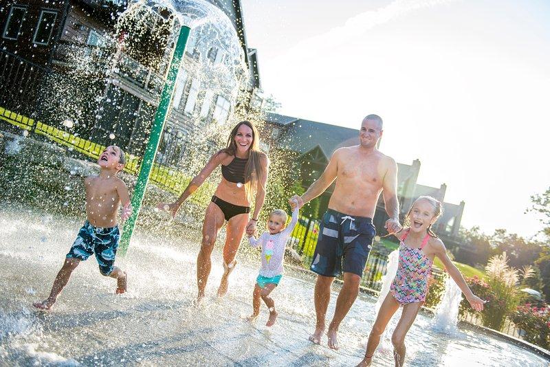 Het splashpad is een populaire plek voor kleintjes om plezier te hebben !!