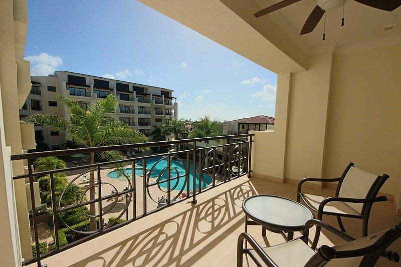 Setzen Sie sich auf Ihren geräumigen Balkon und genießen Sie Ihren herrlichen Blick auf den Pool