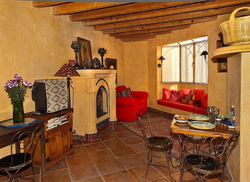 Sala de estar con asiento de ventana y mesa de comedor