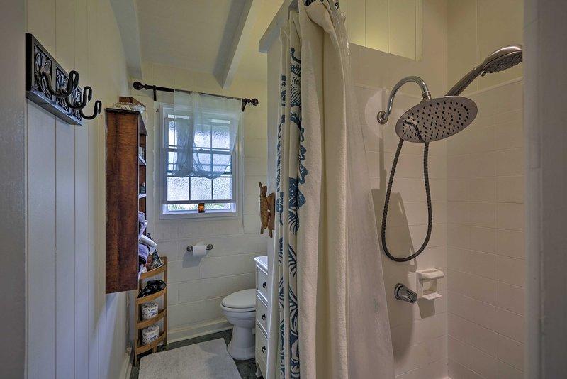 Rincer sous la douche stand-up de la première salle de bain complète.