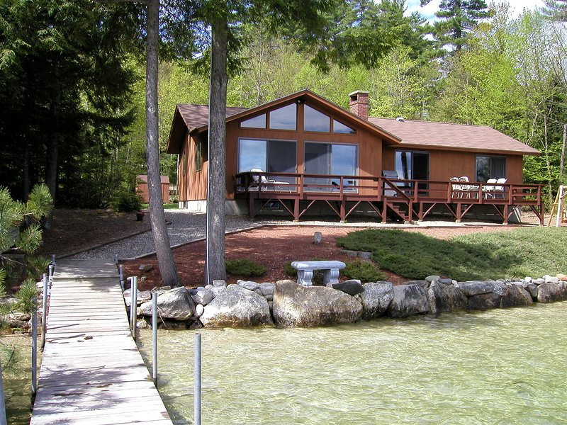 Beautiful Winnipesaukee Veasey Shore,Mountain View,125f Sandy beach, 50 ft dock., location de vacances à Meredith