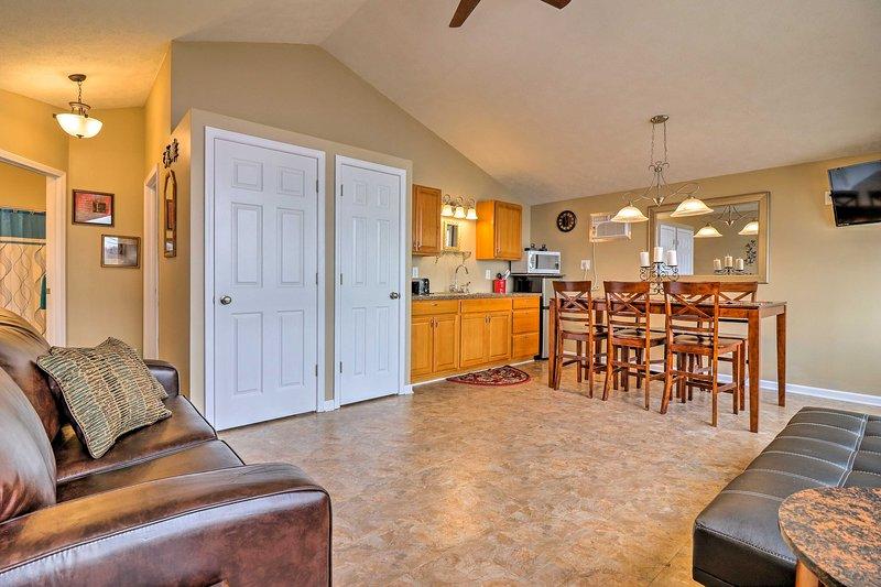 O andar de cima inclui o privilégio de uma kitchenette e grande segundo espaço de vida.