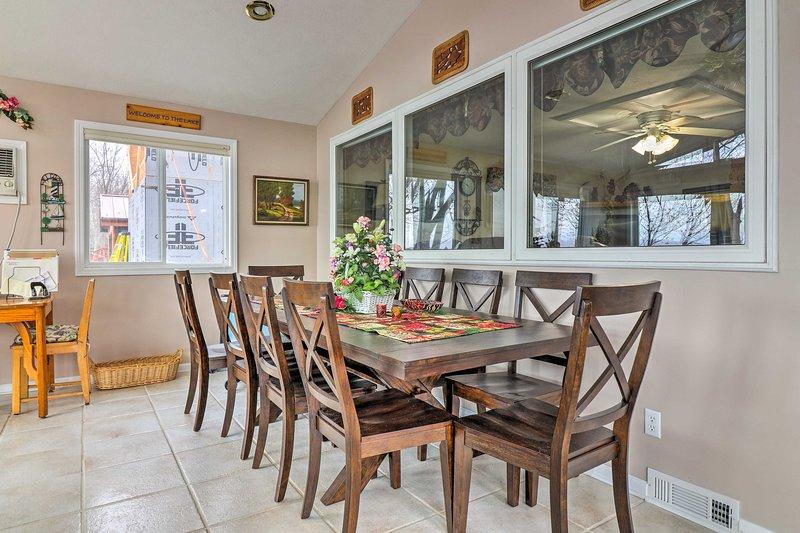 Você vai se sentir em casa enquanto janta na mesa de 10 pessoas.