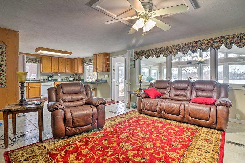 Relaxar nas cadeiras reclináveis de pelúcia na sala de estar.