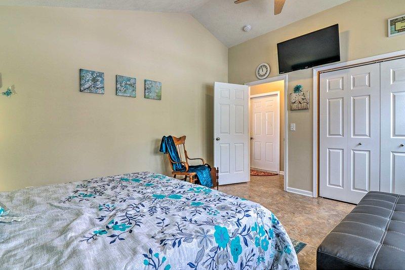 O terceiro quarto também está equipado com um futon adicional e streaming de TV de tela plana.