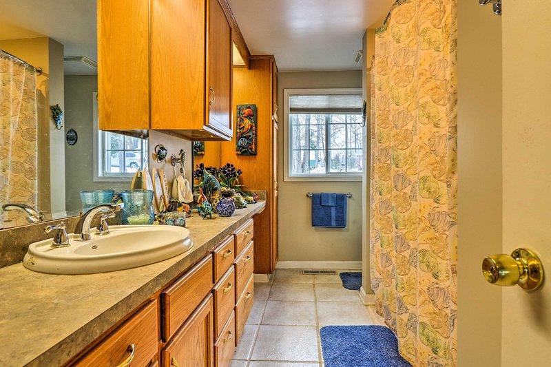 Utilize o grande única vaidade e chuveiro / banheira no banheiro do térreo.