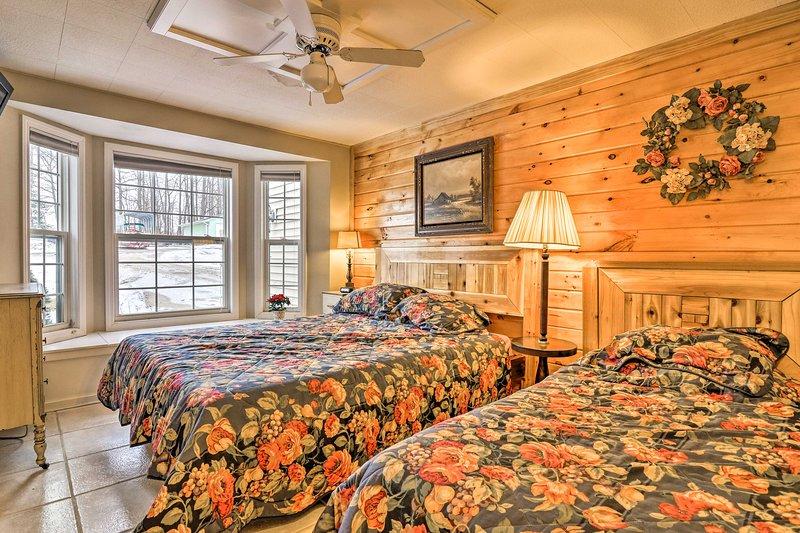 inundações luz natural para os quartos no térreo através das grandes janelas.