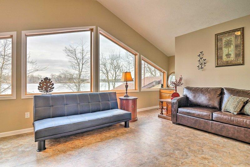 Utilize o futon e sofá-cama na sala de estar no andar de cima para dormir adicional.