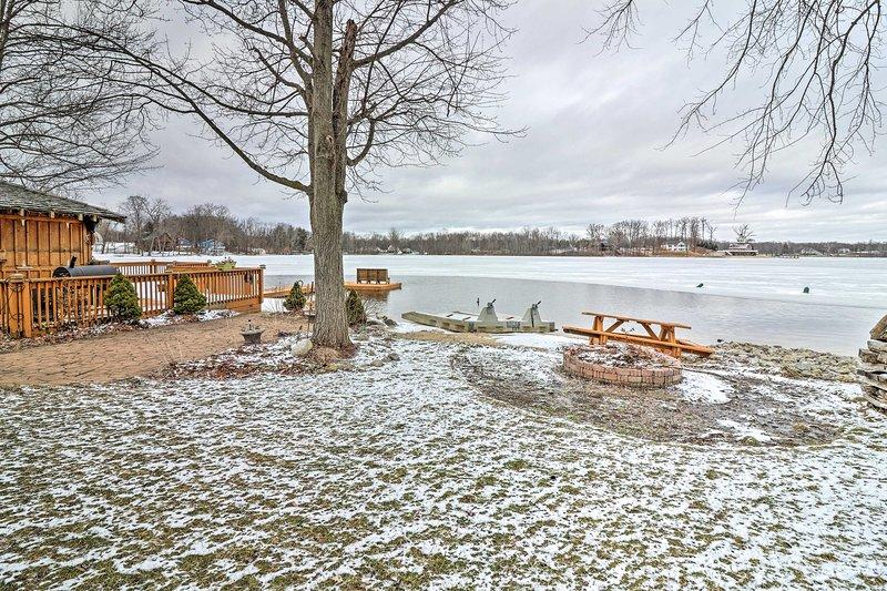 O quintal oferece uma fogueira, mesa de piquenique e praia das imediações.