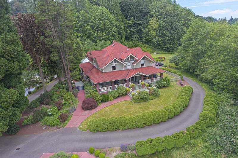 Historic Auburn House on 37 Acres w/Private Lake!, holiday rental in Covington