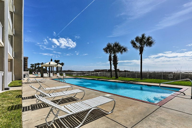 The fully remodeled unit offers access to 2 beach-side pools & community grills!