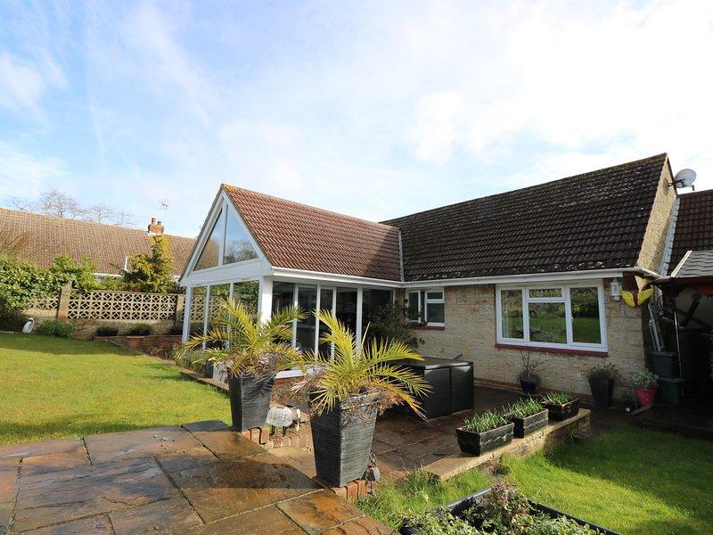 SEA GLIMPSES, modern interior, en-suite, dog-friendly, Ref 967997, holiday rental in Nettlestone