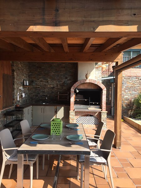 Barbecue and pergola dining.
