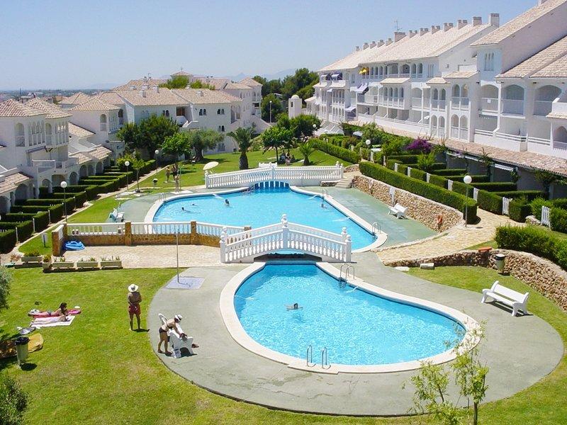 Trois piscines en forme de lac (une pour les enfants).