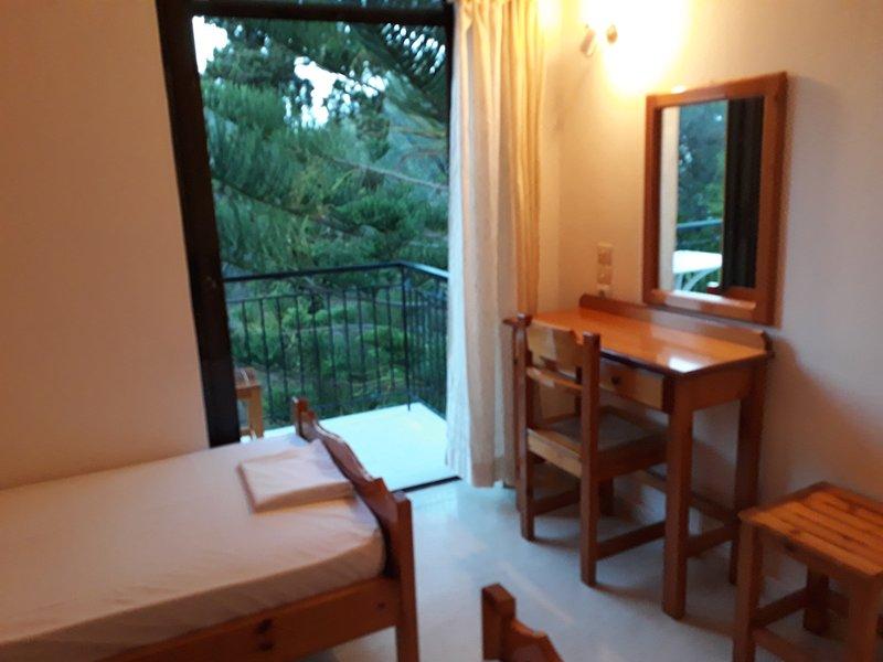 Quiet apartment for 2-3 persons only 100 meters from Boukari beach, alquiler de vacaciones en Chlomos