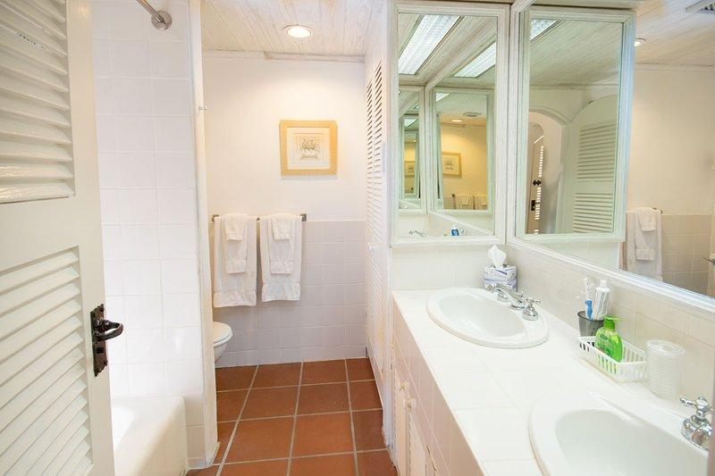 La deuxième salle de bain a également un combo baignoire / douche et est adjacente à la deuxième chambre