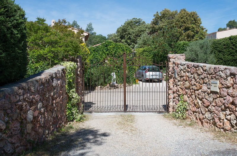 Portal of the property. Parking is secure.