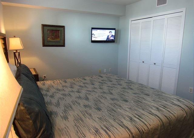Quarto principal com TV de tela plana