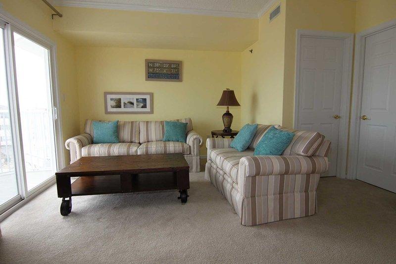 área de estar do quarto principal tem cama queen