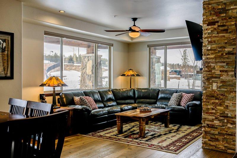 Sectionnel en peluche parmi de beaux meubles de montagne modernes